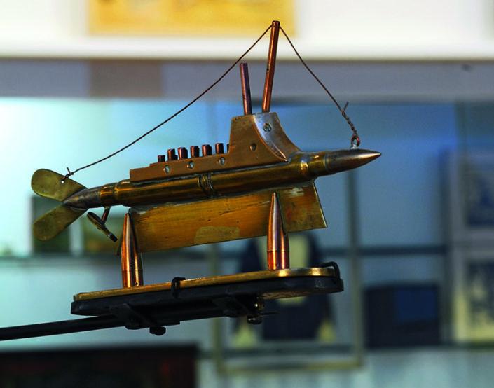 Sous-marin artisanal exécuté à partir de balles et d'éléments récupérés. Côte 2 ART 8_1