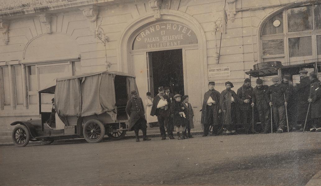 Entrée de l'hôpital bénévole 95bis installé dans le Grand Hôtel de Biarritz